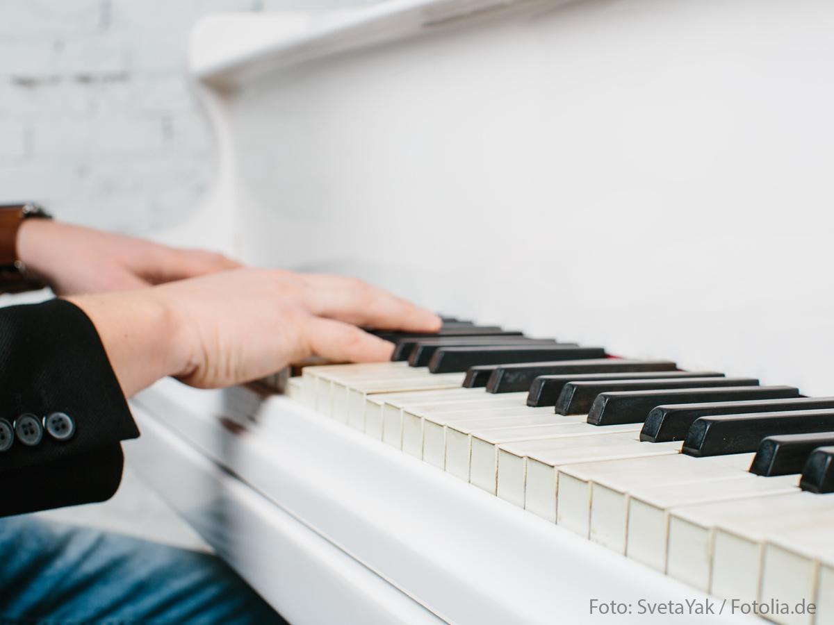 Close-up Hände: Mann spielt auf weißen Klavier wie Udo Jürgens (by SvetaYak/Fotolia.de)