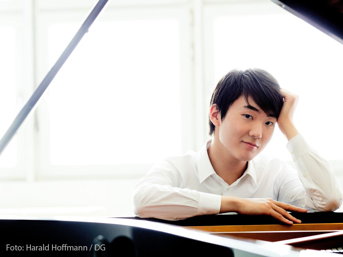 Seong-Jin Cho by Harald Hoffmann