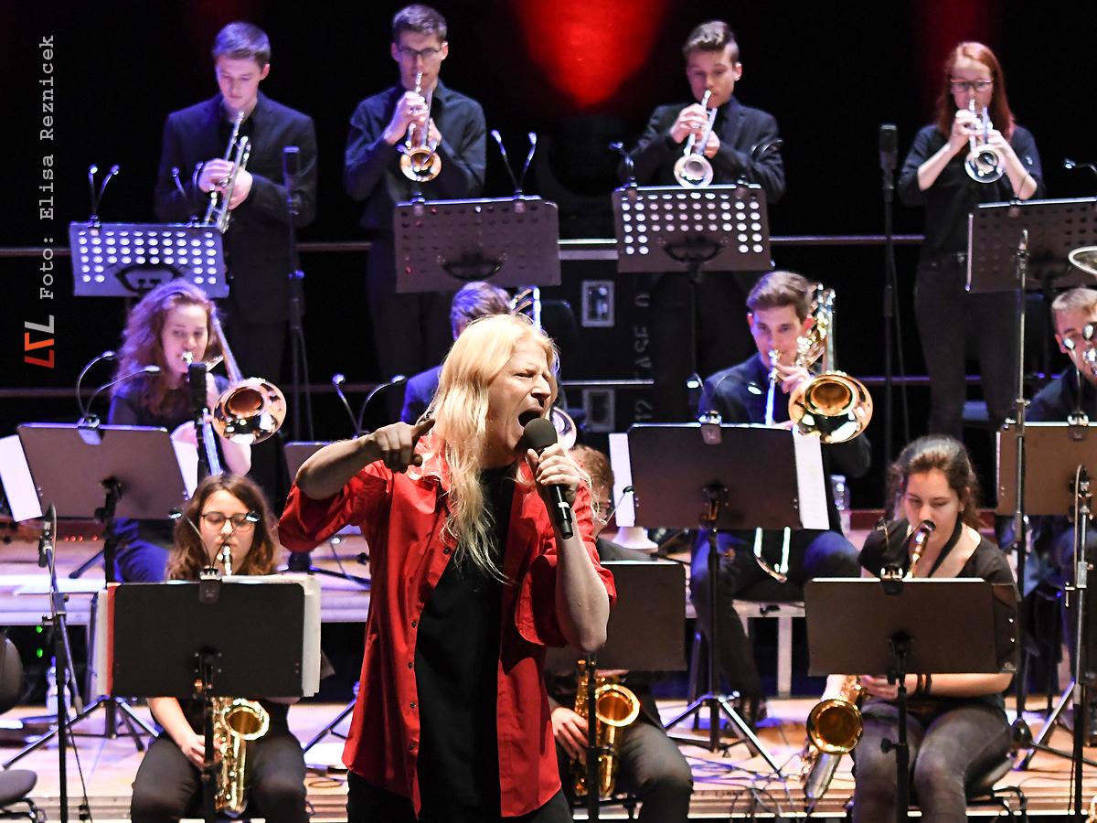 JazzNight-Ostergala mit der Big Band des Helmholtz-Gymnasiums & Gunzi Heil (Foto: Elisa Reznicek, lebelieberlauter.de)