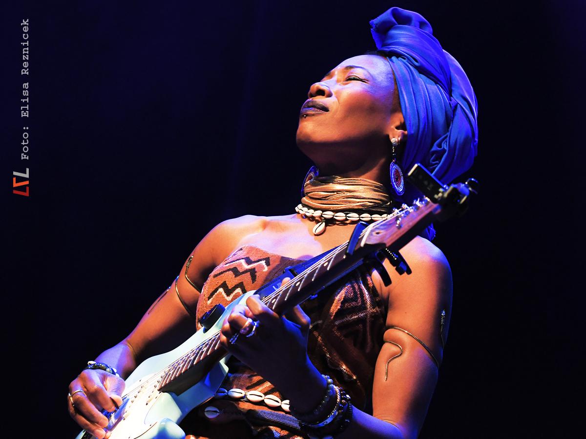 Hingebungsvoll beim Solo: Fatoumata Diawara (Foto: Elisa Reznicek, lebelieberlauter.de)