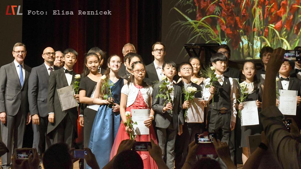 Die Preisträger des 16. Internationalen Wettbewerbs für junge Pianisten Ettlingen. Jonas Aumiller ist leider nicht im Bild, sondern von einem Handydisplay verdeckt. (Foto: Elisa Reznicek)